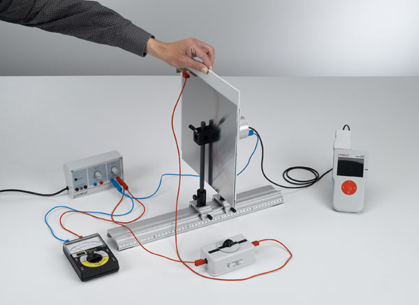 Measuring the electric field strength inside a plate capacitor as a function of the dielectrics
